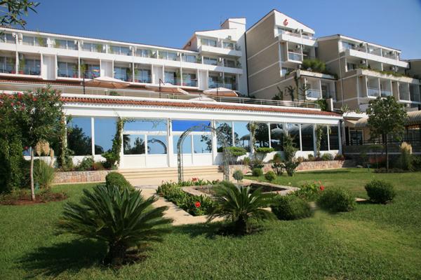 Hotel Palas se nalazi na samoj obali mora na 50m od plaže. Hotel ima bogat sadržaj. Renoviran je 2011 godine i posedduje wellnes centar.